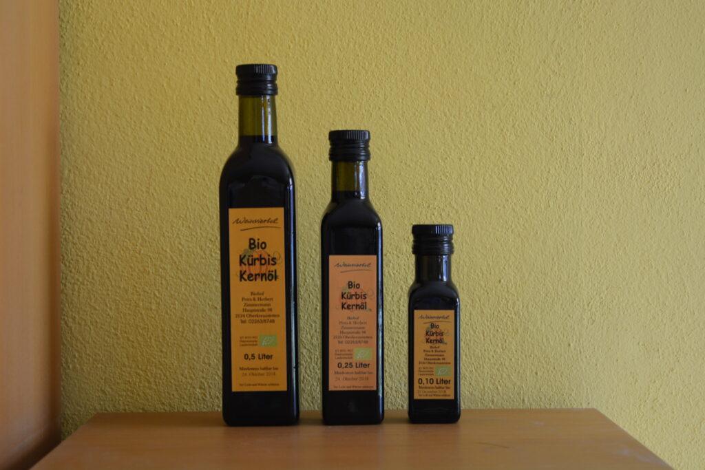 Fotos von verschiedenen Ölen in Flaschen und Saaten in Beuteln